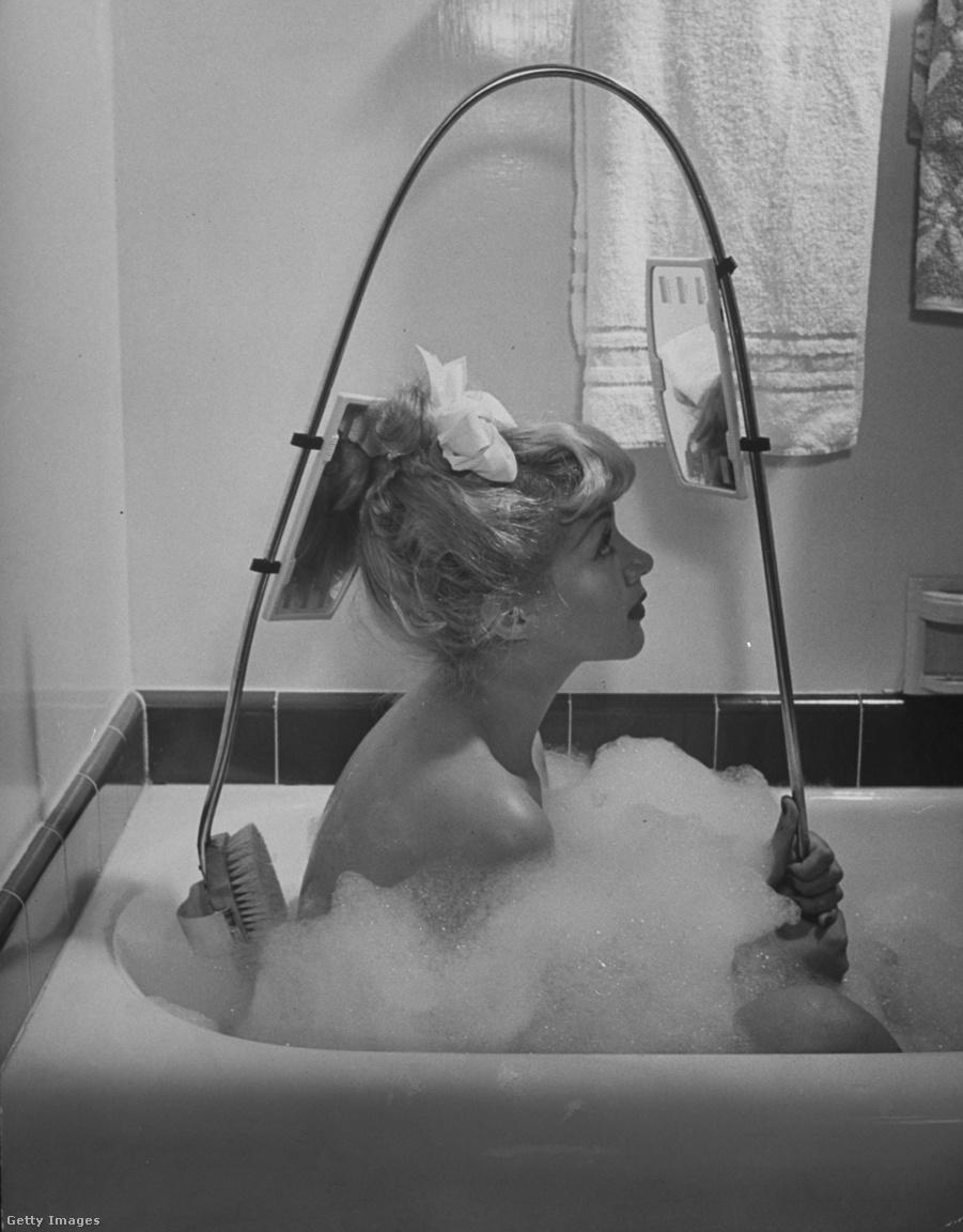 A második világháború éve alatt nyilván nem lehetett rendesen a szépségipari találmányokra koncentrálni. Az 1940-es évektől ennyire telt: a tükrös hátmosókefével használója ellenőrizni tudta, hogy a hát mely része szorul még alapos tisztításra.
