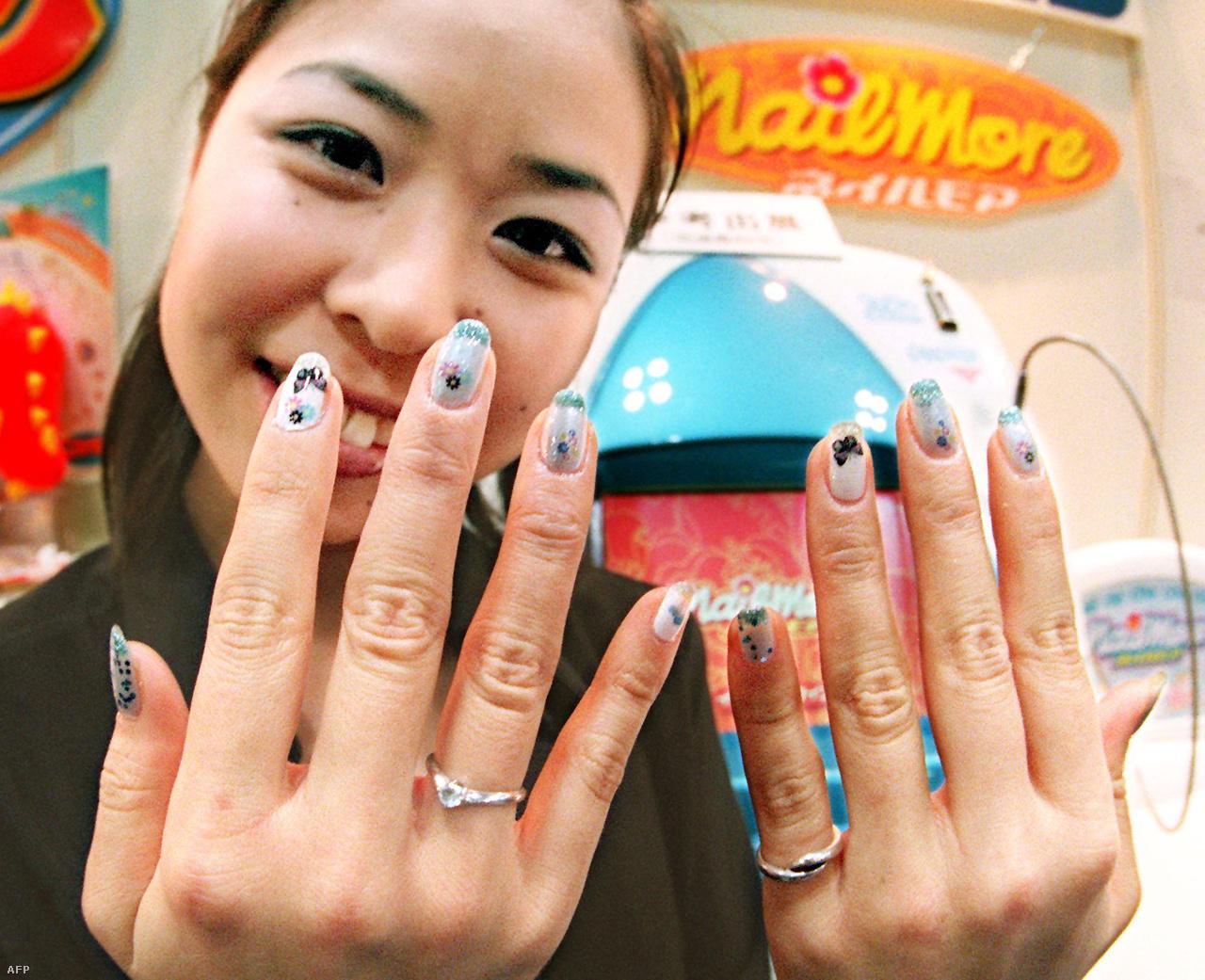1999-ben mutatták be Tokióban a világ első automatikus manikűrprinterét, a Nail More-t, amivel tetszőleges képet, mintát lehet a körömre lakkozni. (A gép maga a háttérben látható.)