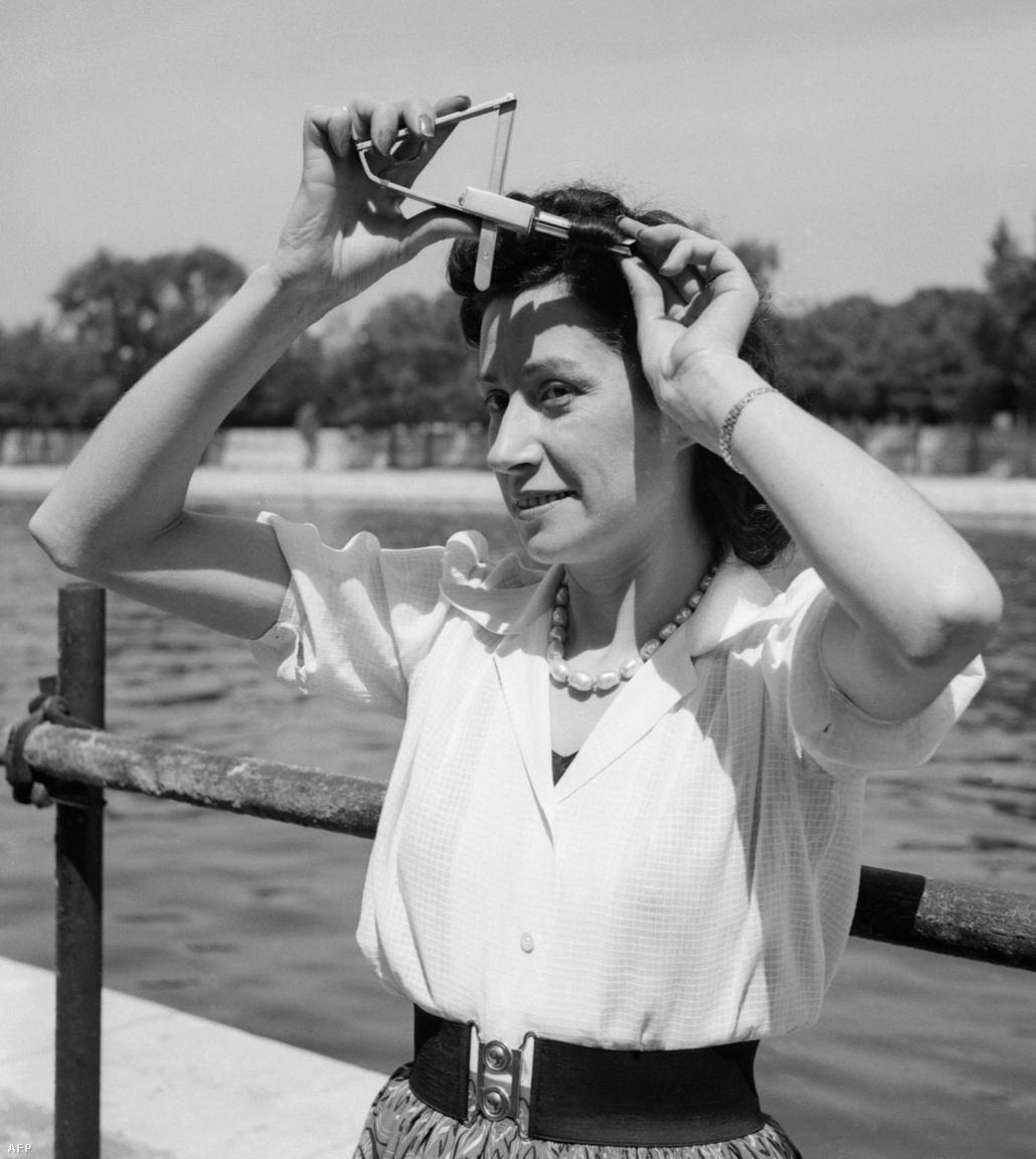 1952: egy párizsi találmányi vásáron mutatták be a Rotocap névre keresztelt eszközt, amivel könnyen, gyorsan lehet göndör fürtöket varázsolni az egyenes hajból.