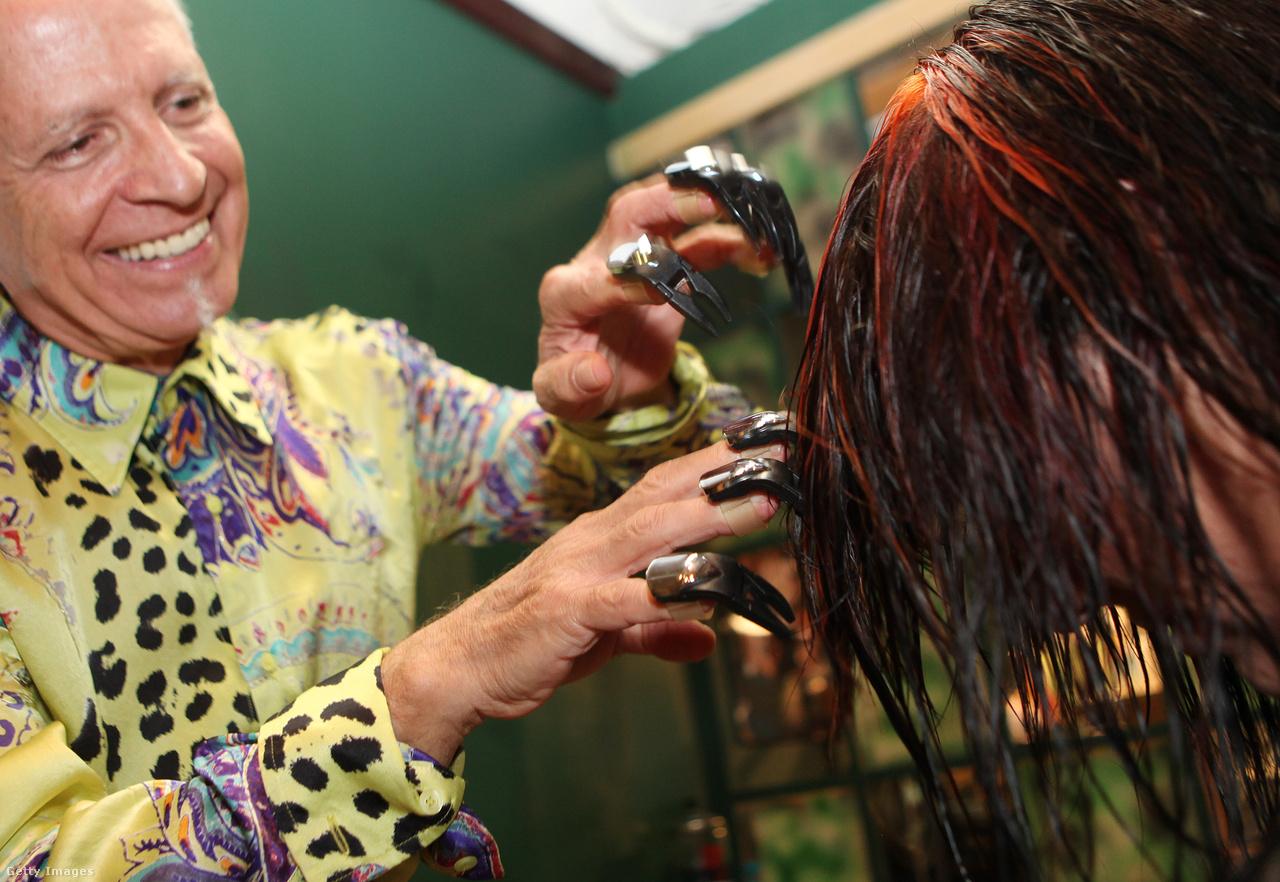 A 21. század egyik legjelentősebb fodrászati találmánya a Clawz. A floridai Valentino LoSauro a maga által kifejlesztett, ujjra húzható hajnyíró pengékkel állítólag kétszer gyorsabban tudja a kívánt frizurát elkészíteni. LoSauro a kétezres évek elején, két év alatt, 150 ezer dollár befektetésével alkotta meg az Ollókezű Edwárdot megszégyenítő eszközt, ami saját megítélése szerint az olló óta a legnagyobb fodrászati találmány.