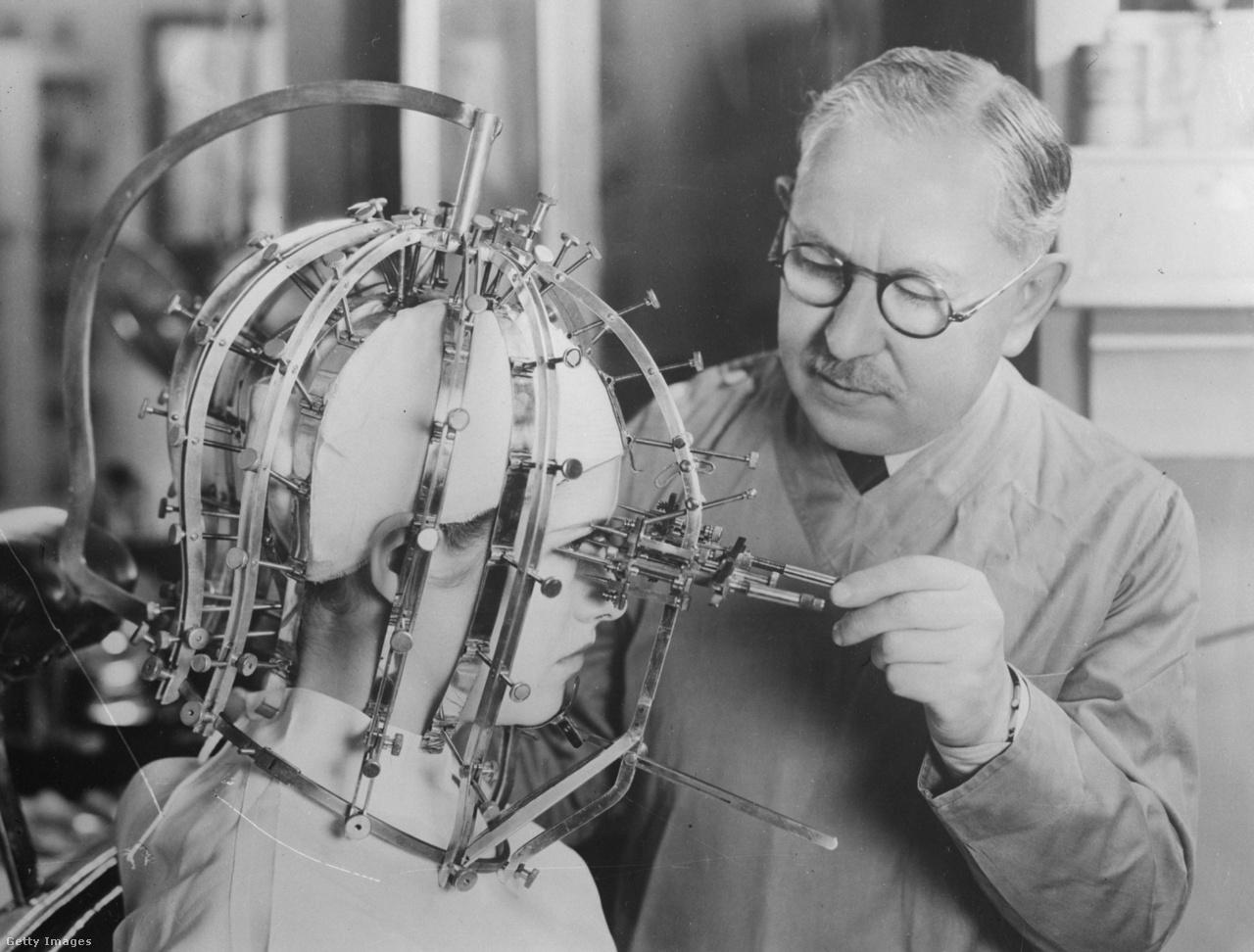 1933: Max Factor, a kozmetikai ipar legendás szereplője precíz méreteket vesz egy fiatal nő fejéről egy leginkább kínzóeszköznek tűnő, saját fejlesztésű szerkezet segítségével.
