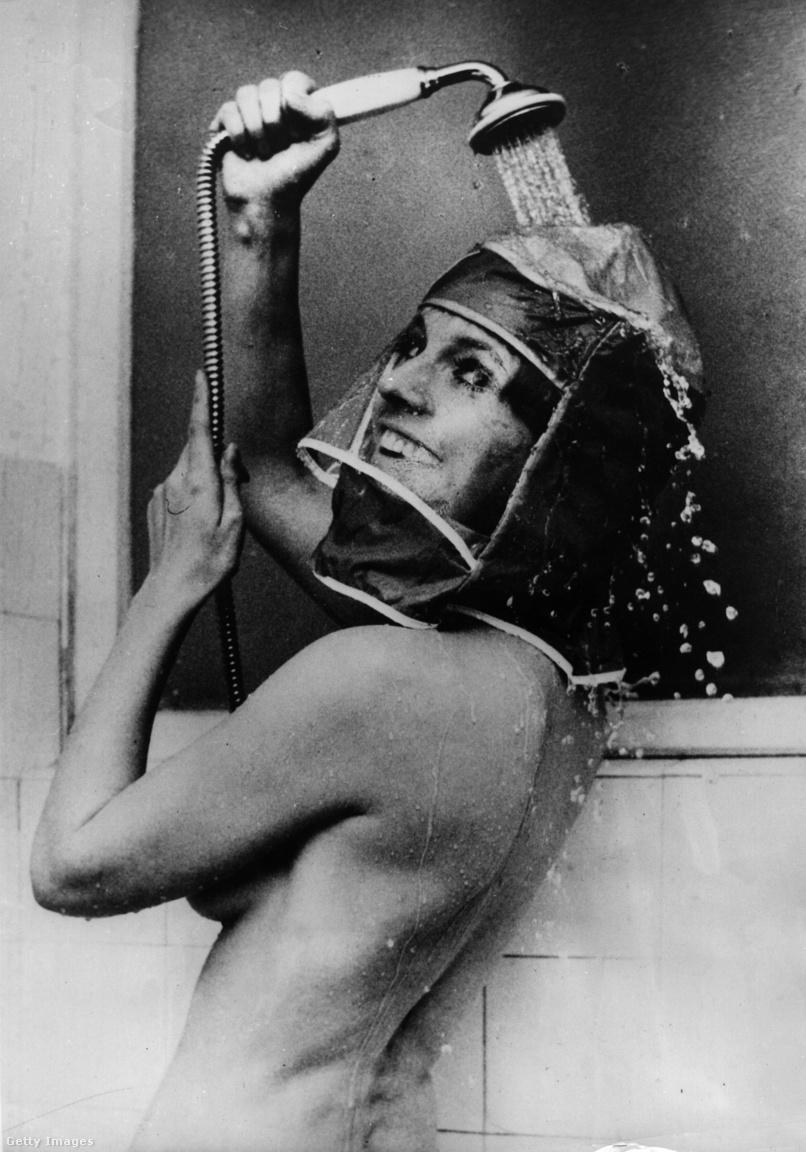 1970:  Inge Marschall, német színésznő a sminket és frizurát óvó vízhatlan zuhanyozósapka működését demonstrálja. A német találmány nem indult világhódító útra.