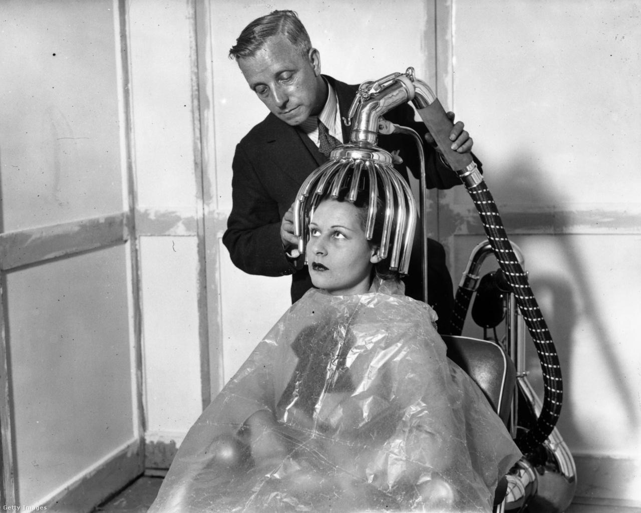 A harmincas években irtóra pezsgett a fodrászati eszközök piaca: ez itt egy kb harminc, a fej formáját követő csőből álló hajszárító, amit a londoni Haj és Szépség Vásáron mutattak be.