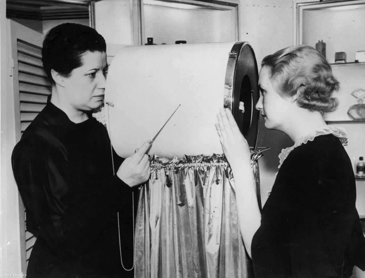1935: a szépségipar egyik korai diagnosztikai eszköze, az arcráncdetektor. A gép a benne lévő erős nagyítólencsékkel a szemmel nehezen észrevehető ráncokat, a legkisebb szarkalábakat is kimutatta, hogy aztán a megfelelő bőrápolási kezelést kaphassa a kuncsaft.
