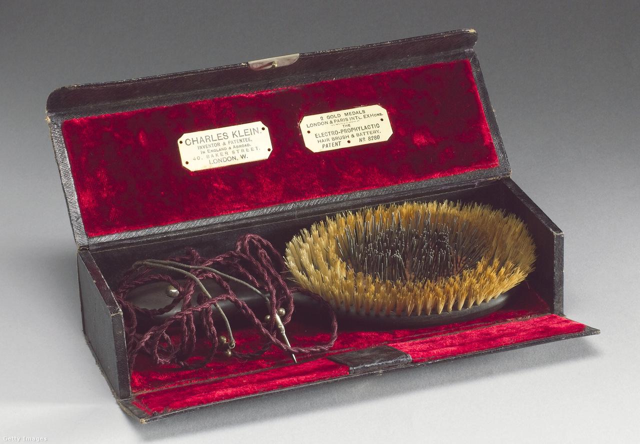 Charles Klein londoni feltaláló elektromos – egész pontosan: elektro-profilaktikus – hajkeféje az 1890-es évek végéről. A középen elektormágneses vasrudacskákkal felszerelt készülék elemről is működött, a feltalálója szerint hatásos volt fejfájás és hajhullás ellen is.