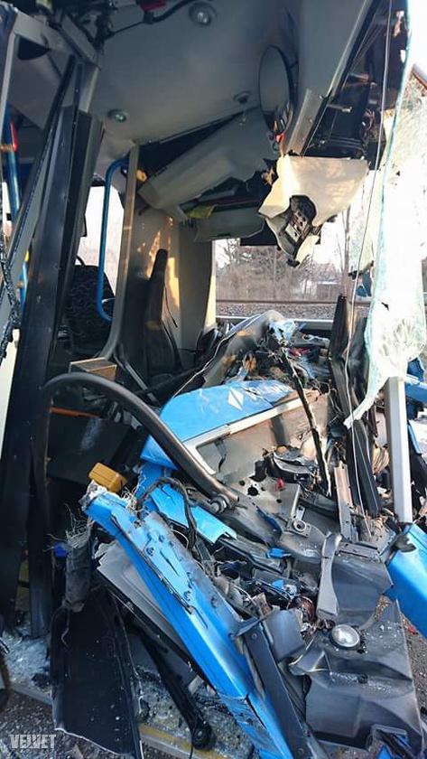 Hát ennyi maradt a Volvo busz első részéből a karambol után.