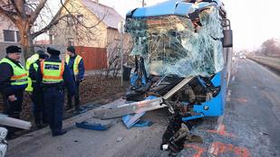 Nem nagyon maradt semmi a Volánbusz elejéből, ami egy kukásautóba rohant