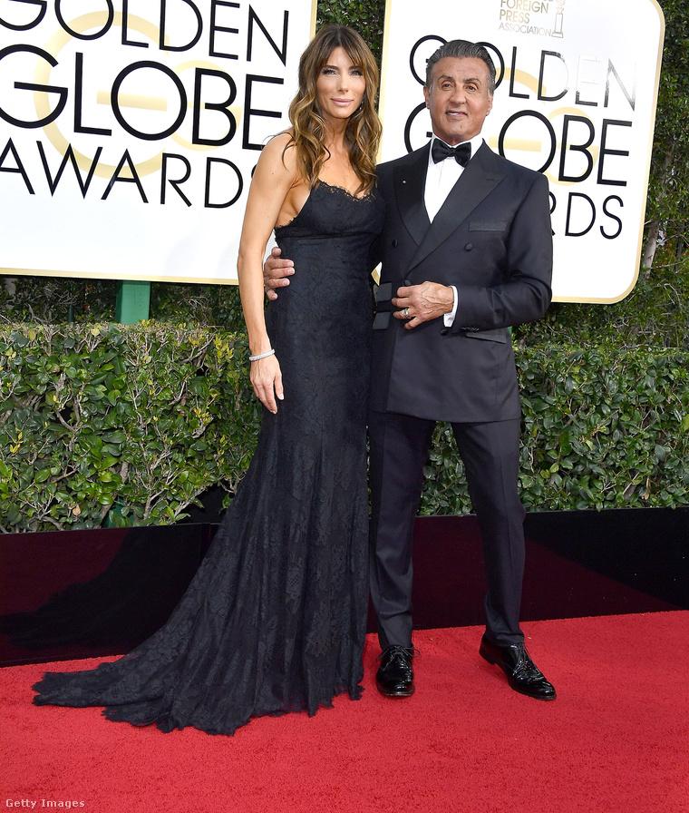 Stallone a feleségével, Jennifer Flavinnel (és három lányával) érkezett a Golden Globe-ra.