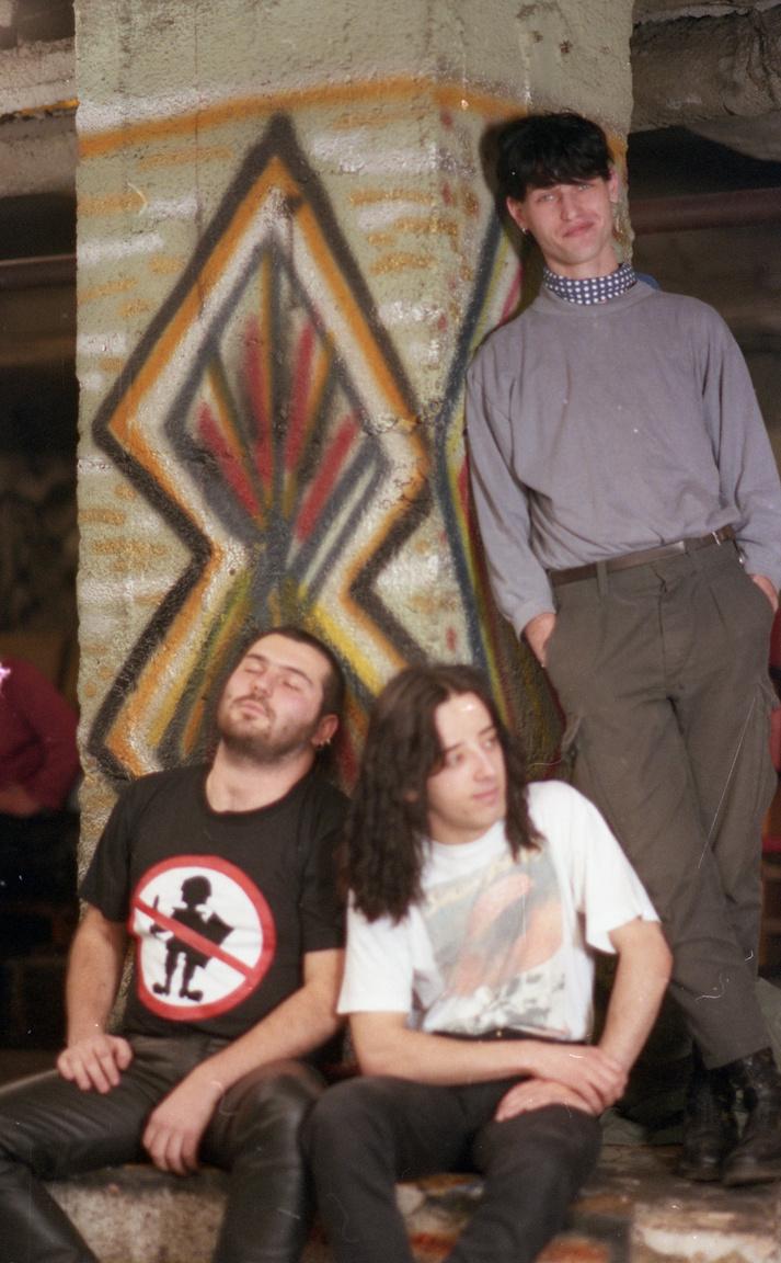 A korabeli magyar hardcore legfontosabb zenekara, az A.M.D., a kép bal oldalán látható Ferenczy Tibor (Sotár) volt az együttes frontembere. 1994-ben halt meg, kábítószer-túladagolásban.