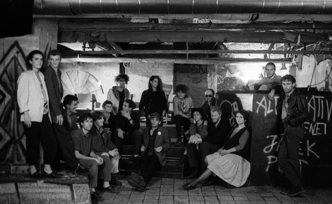 """A csoportképen a szcéna több ismert vagy fontos tagja is látható, balról: Kamondy Ágnes zenész-énekesnő; Kelényi Tódor fesztiválszervező; ülnek a Kampec Dolores tagjai; mögöttük állnak Király Tamás divattervező és Kilián János punkzenész és a Lyuk dj-je; előttük ül a több formációban is zenélő Molnár Gábor; Balatoni """"Boli"""" Endre és Czakó Sándor a VHK-ból; Szigeti Anikó, Müller Péter Sziámi, ?. A kép jobb szélén pedig Pánczél Gábor alias DJ Boolek és Németh Róbert (Sziámi).Közülük Kelényi Tódor, Király Tamás, Kilián János és Balatoni Endre már nem élnek."""