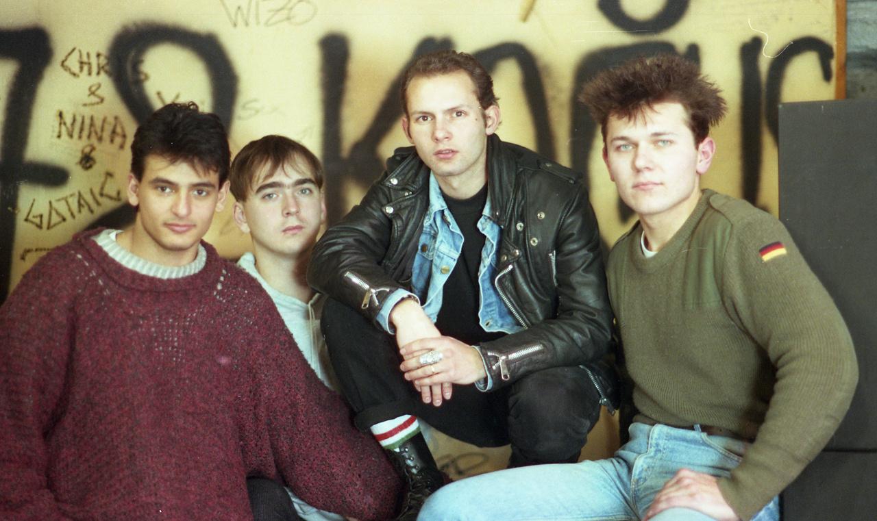 """A Hisztéria punkegyüttes, középen guggol a frontember, Pataki """"Toncsi"""" Antal."""