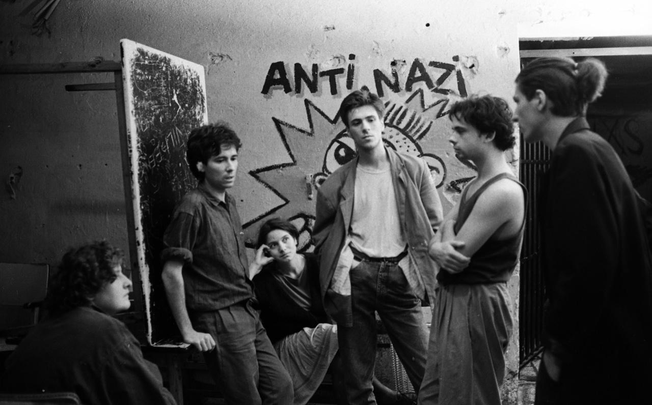 Kampec Dolores. Az együttest a Kontroll Csoport feloszlása után alapította Hajnóczy Csaba (balról a második), rajta kívül Kenderesi Gabi énekesnő (balról a harmadik) maradt meg a zenekar mai felállásában.