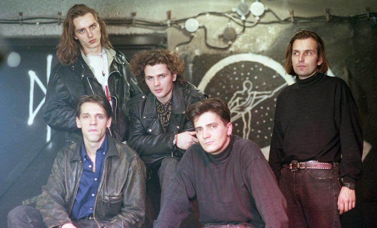 The Perfect Name - az 1989-ben indult, dark rockot játszó együttes életében is fontos szerepet játszott a Lyuk. A középen, lent látható billentyűs, Losonczy Pál ma a Jobbik politikusaként aktív.