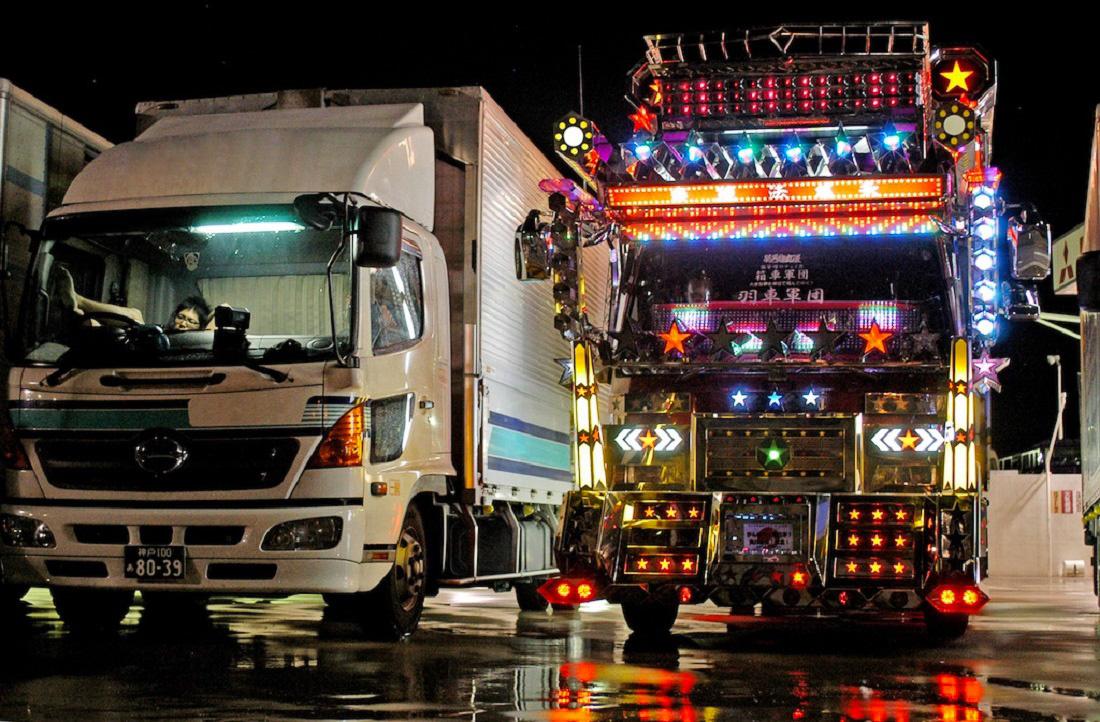 Egyre kevesebb dekorált teherautó látható az Japánban. Ennek az egyik oka az, hogy 2012 óta már nem kapcsolhatják be a sofőrök a kamionok fényeit a japán utakon, ugyanis az elvakíthatja a szemből érkezőket. A másik pedig, hogy a nagy cégek általában nem engedik, hogy a sofőrök dekorálják a cég teherautóit.