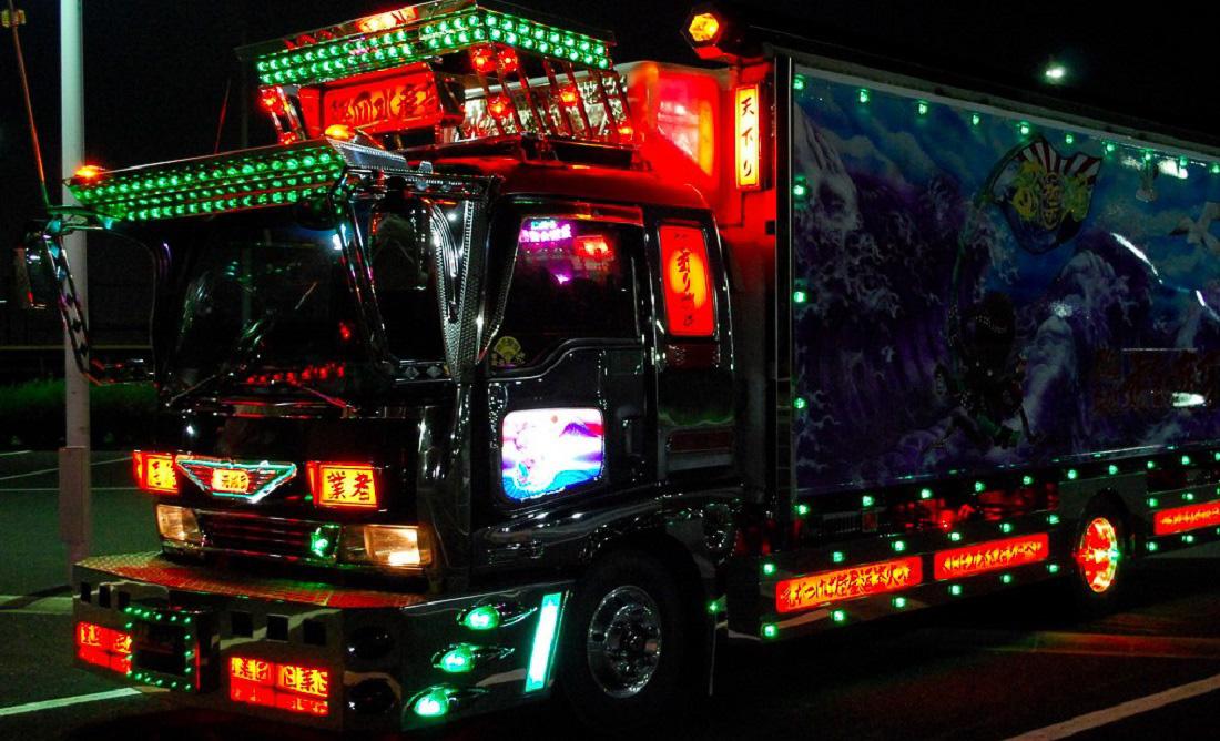 A rengeteg dekoráció, fény és pótakksi miatt a teherautók súlya is megnövekszik, ezért sokszor a járművek motorját is feltuningolják, hogy elbírja cipelni a sok plusz súlyt a kamion.