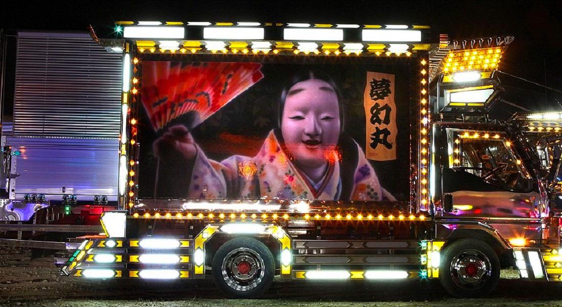 A nagy teherautók mellett sokszor kisáruszállítókat is kidekorálnak a művészek.