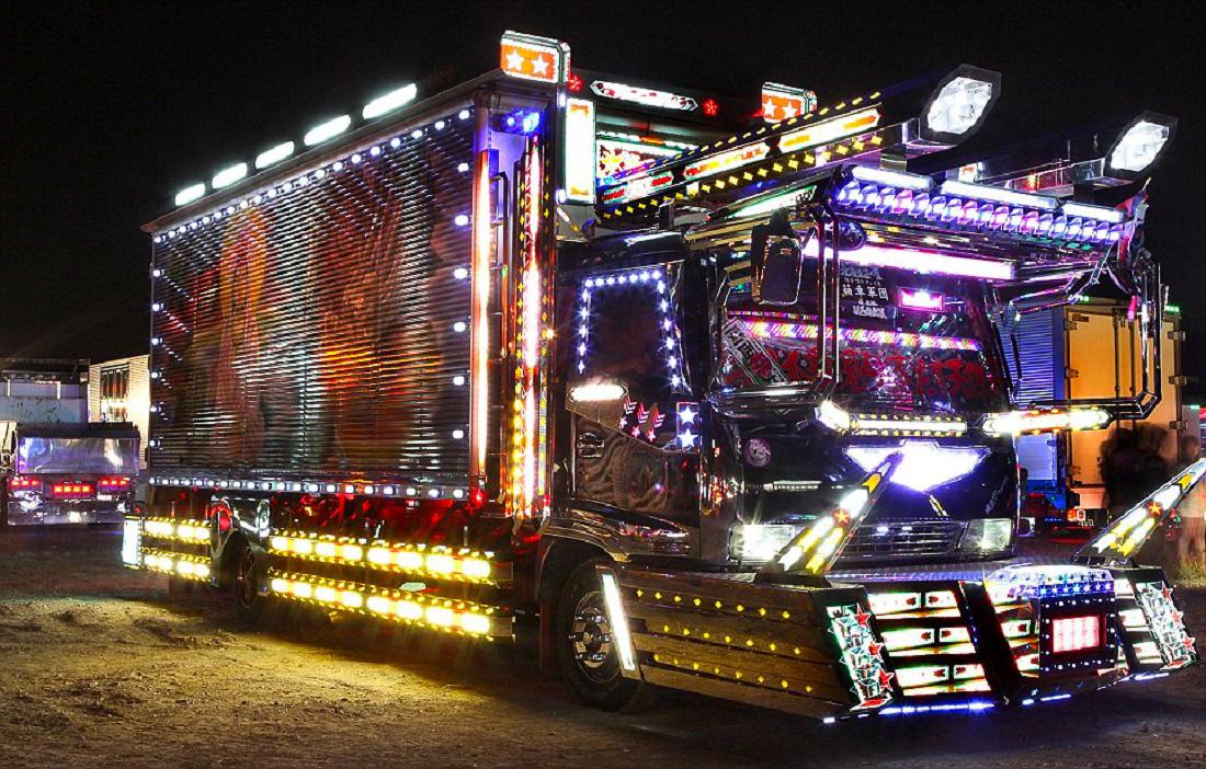 A teherautók gyári akkumulátorai kevés energiát biztosítanak a sok ezer neon- és LED fényhez, ezért sokan pótakksikat is beszerelnek a járművükbe.