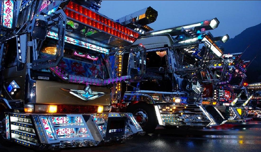 Nem csak a manga stílus ütötte fel fejét a dekotora teherautókon, hanem a 80-as 90-es évek híres japán, robotos rajzfilmjei is megihlették az alkotókat. Ezekből a rajzfilmekből származó robotok kinézetét szimbolizálják a fenti fotón megjelenő teherautók.
