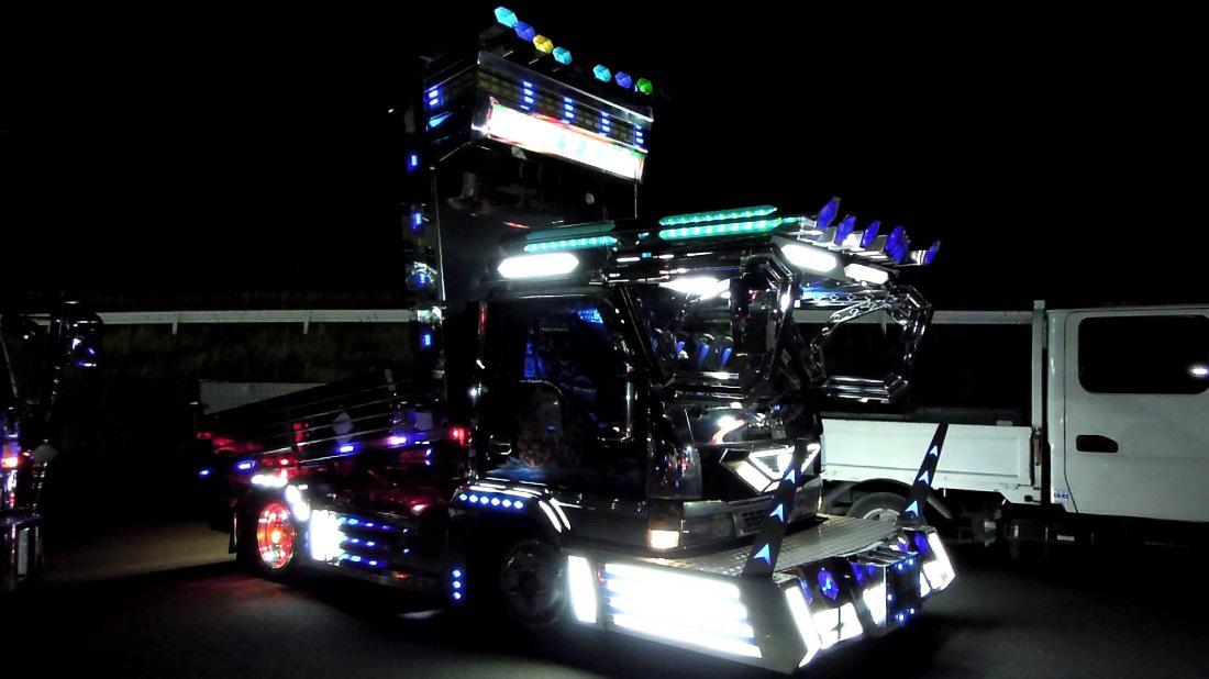 Sokszor nem is használják szállításra a dekotora stílusú teherautókat, csak kiállításokra és versenyekre viszik őket, ahogy a képen látható, igen csak aránytalanná varázsolt platós kisteherautót is.