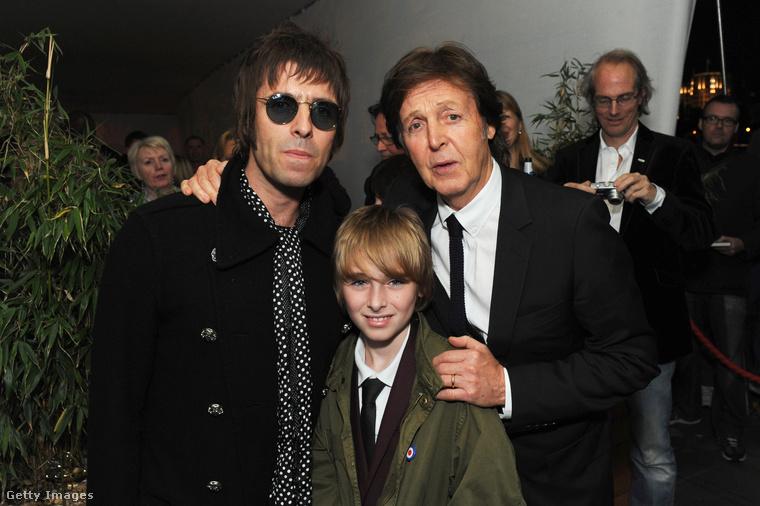 Liam Gallagher és Gene nevű fia tisztelegnek Paul McCartney nagysága előtt.