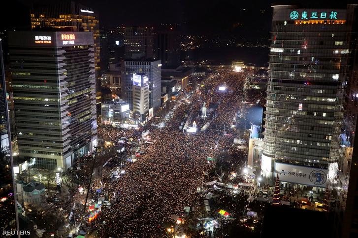 Az elnök ellen tüntető tömeg Szöülban, 2016. december 6-án.