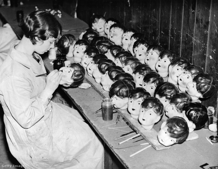 amelyekben szomorú arcú munkások készítettek szomorú arcú babákat.
