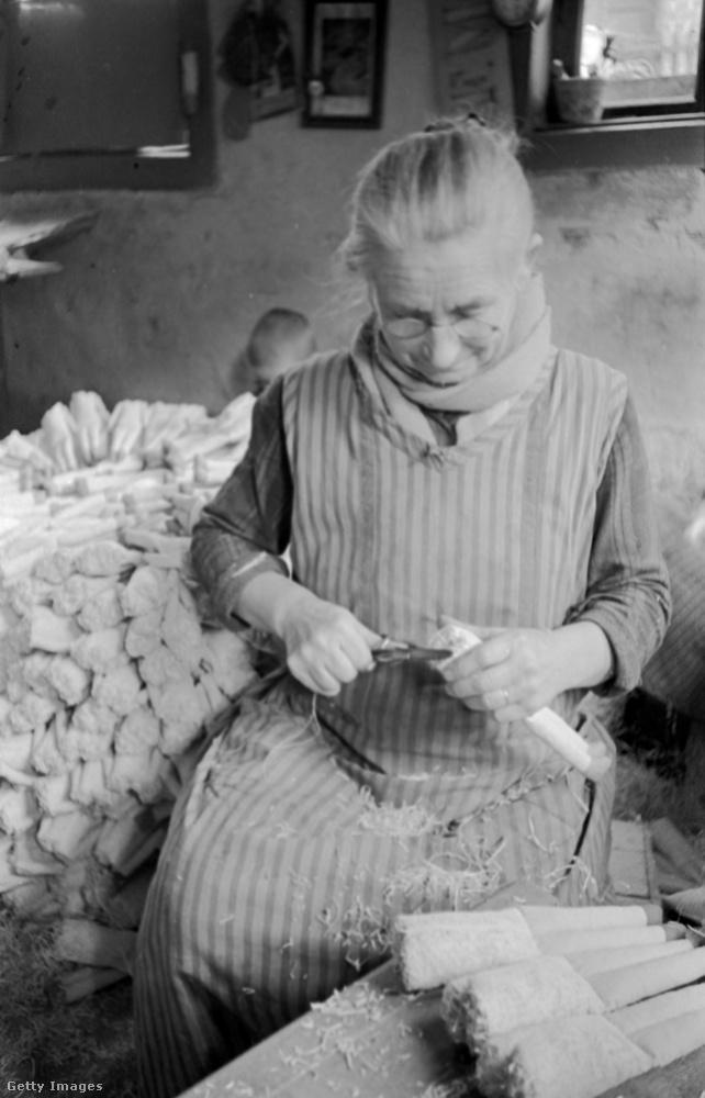 A megfáradt hölgy egy német gyárban farigcsálta naphosszat játékbabák lábait.