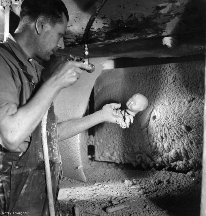 A képen látható, nyakig trutymós munkásnak például a babafejek lefújása volt a szakterülete egy leicesteri üzemben.
