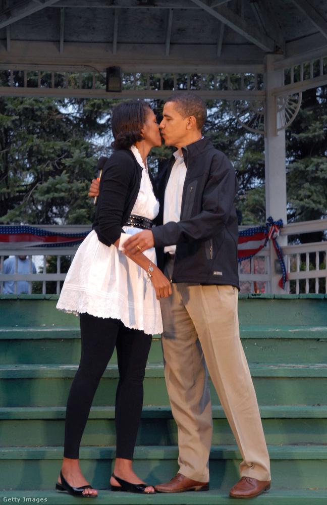 Barack Obama volt az első nemfehér elnökjelölt, és valószínűleg fontosnak találta hangsúlyozni, hogy bár a bőrszíne eltérő, ettől még ő is egy ugyanolyan, normális, átlagos családban él, mint mindenki.