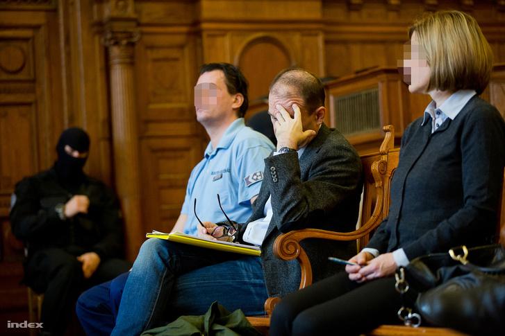 Tarsoly Csaba (középen) és a Quaestor-ügy vádlottjai a bíróságon.