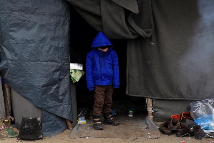 Menekült kisfiú a sátruk előtt Horgosnál. A magyar helyzetet az teszi különösen sokkolóvá, hogy a menekülteket nem kényszerből szállásolták el a hideg sátrakban. Körmenden például a helyszínen járva derítettük ki, hogy a bicskei menekülttábor fűthető szobáiból szállították ide az embereket, miután az amúgy viszonylag elfogadható körülményeket biztosító létesítményt bezárták.