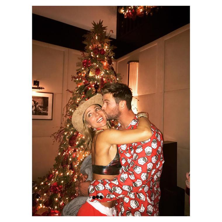 """""""A legjobb karácsonyi ajándék, amit kaphattam: Chris Hemsworth csókja!""""És hogy ki az a nő, akivel ezt a szép családot összehozták? Elsa Pataky spanyol színésznő, akinek felmenői között bizony magyarok is vannak: édesanyja erdélyi származású."""