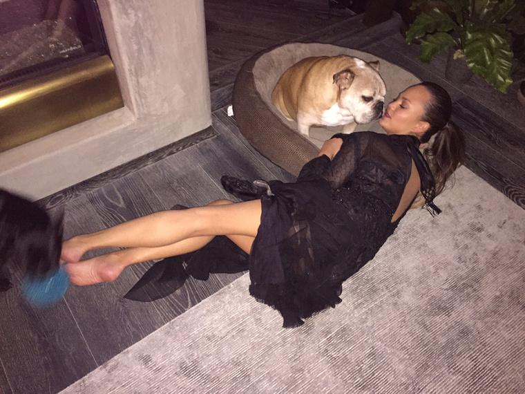 Chrissy Teigen a buli végére kicsit elfáradt, úgyhogy amikor hazaértek a férjével, megszeretgette a kutyát