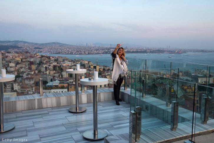 Magányos turista szelfizik egy isztambuli tetőteraszon