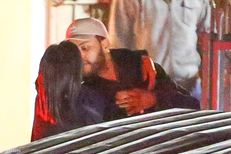 Selena Gomez és The Weeknd elég közel kerültek egymáshoz.
