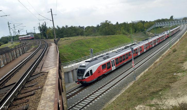 A felújított Budapest-Székesfehérvár vasútvonalat keresztezi Érdnél a Budapest-Pécs vasútvonal