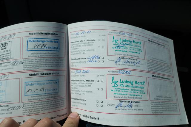 Ez itt a Rulettkerék-Audi szervizkönyve. Az autó 1996-ban került forgalomba, az utolsó szervizbejegyzés 2013-ból származik és ez nem hamisítvány