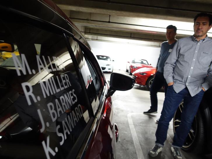 Ken Saward a kép jobb szélén. És egy autó balra, amivel versenyzett