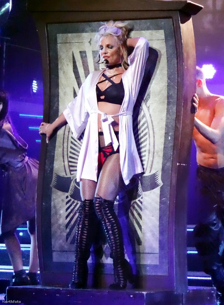 Britney Spears január 11-én, szerdán Las Vegasban adta első idei koncertjét, és igyekezett mindent megtenni annak érdekében, hogy mély benyomást tegyen rajongóira.