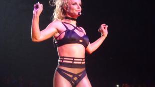Britney Spears tízféle ruhából lógatta ki mindenét a koncertjén
