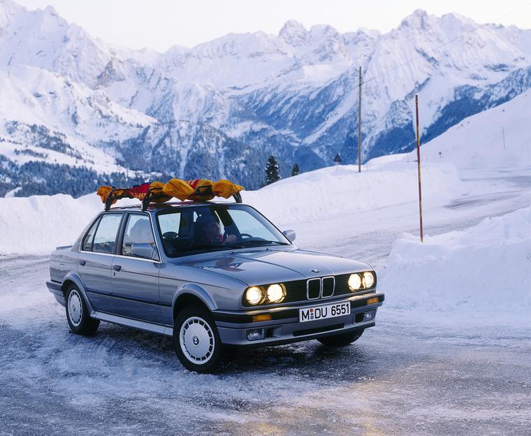 +1: Vegyen versenyautót! A BMW nem a kilencvenes évek végén kezdet kacérkodni az összkerékhjtással, ahogy azt az X5 sejteti, hiszen már a nyolcvanas években is készült 3-s BMW négy hajtott kerékkel