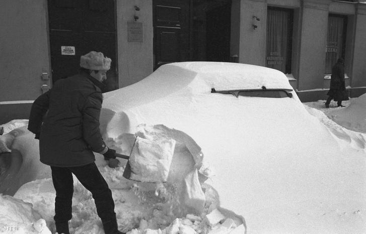 Budapest, 1987. január 12. A napok óta tartó rendkívüli havazás igencsak próbára teszi a főváros mintegy 2 millió lakosát is. Budapest útjait 30-50 cm-es hó fedi, többnyire csak a főbb útvonalak járhatók, a bekötőutakon vastag hólepel áll, a gépkocsik többsége is a hó fogságába került. Gépek és emberek teljes erővel dolgoznak az utak megtisztításán.