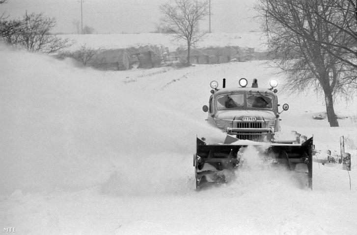 Zirc, 1987. január 14. Hómaróval tisztítják a Mór és Zirc közötti utat. A megyében az utak többségét méteres hófalak szegélyezik, így gyakran egy nyomsávra szűkülnek az utak.