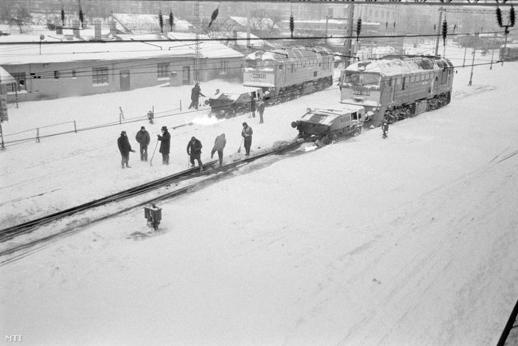 Budapest, 1987. január 12. Lángszórós, M62-es, Szergej bevenevű mozdonyok melegítik a váltókat a Déli pályaudvaron, ahol - a napok óta tartó rendkívüli havazás miatt - nagy erőkkel dolgoznak a vágányok megtisztításán.