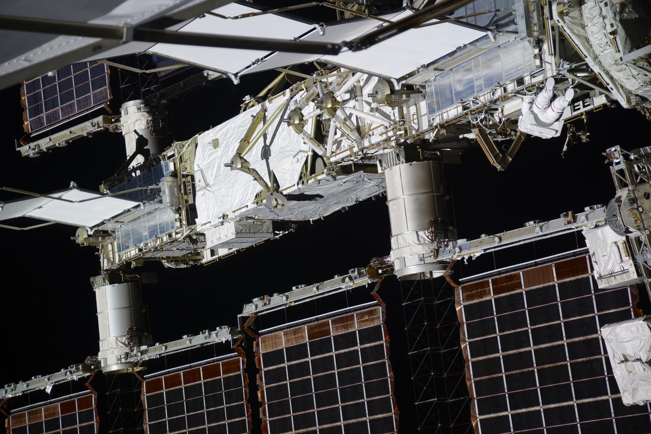 """""""Csak hogy lehessen látni mennyire hatalmas az űrállomás: a képen rajta van a legénység egyik tagja... látod őt? (Shane Kimbrough az egyébként: vörös csík van az űrruháján, én pedig csupa fehéret viseltem.)"""""""