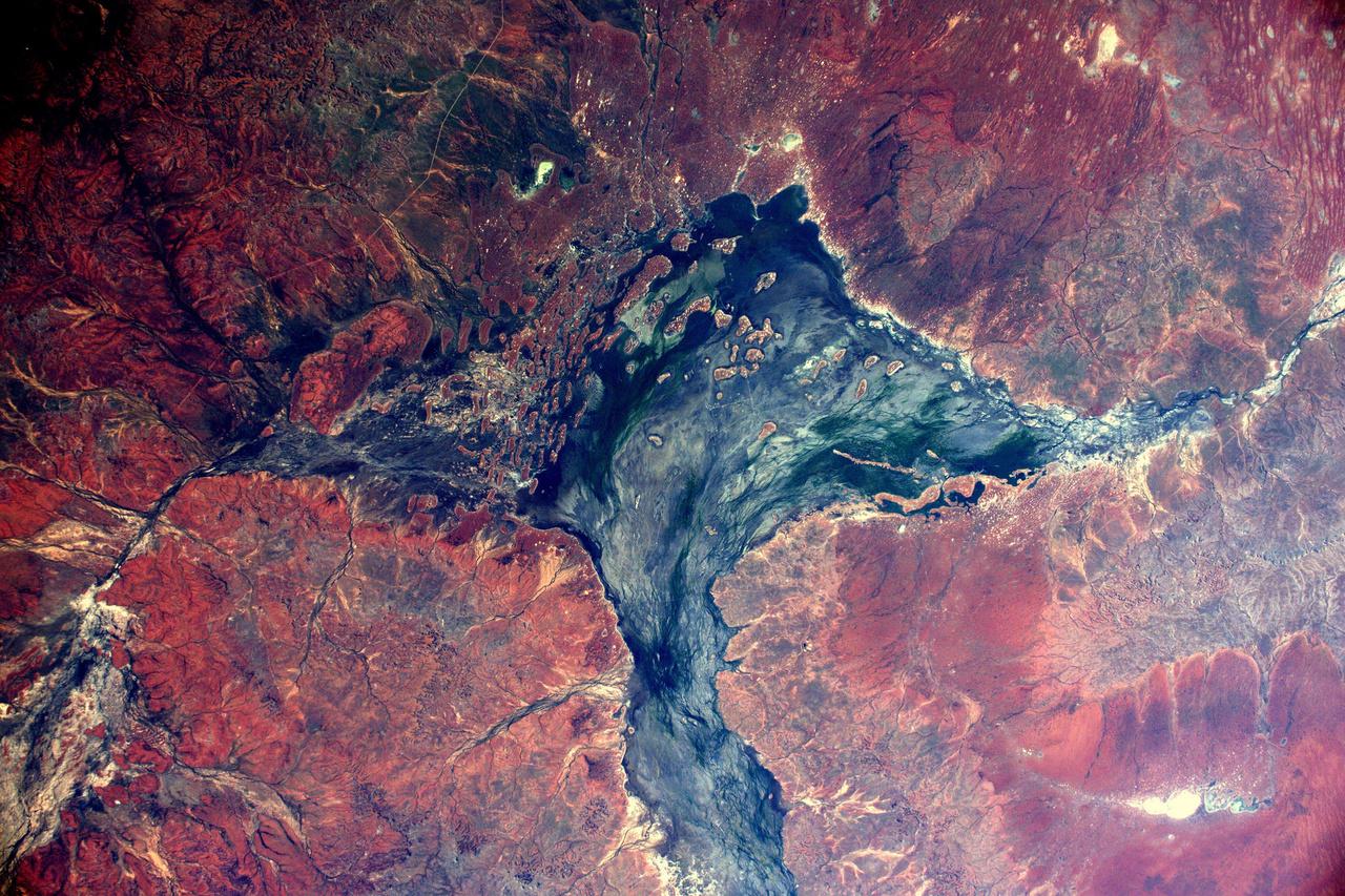 Ausztrália sivatagos, sziklás területei ugyancsak pazar látványt tudnak nyújtani az űrből.