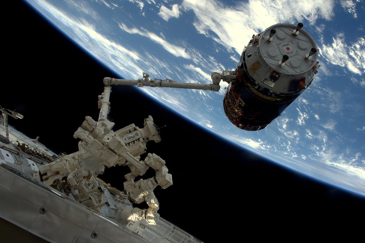2016. december 13-án dokkolt a japán HTV teherűrhajó az űrállomáshoz. A HTV-t a Canadarm segítségével ragadták meg, és húzták az ISS egyik szabad dokkjához.