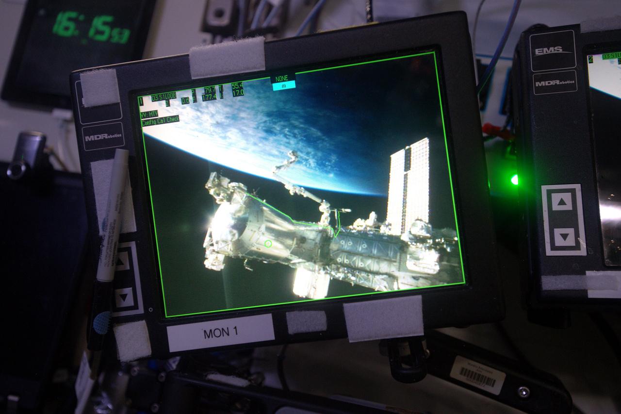 Az ISS egyik külső kamerájának képe az egyik belső monitoron.