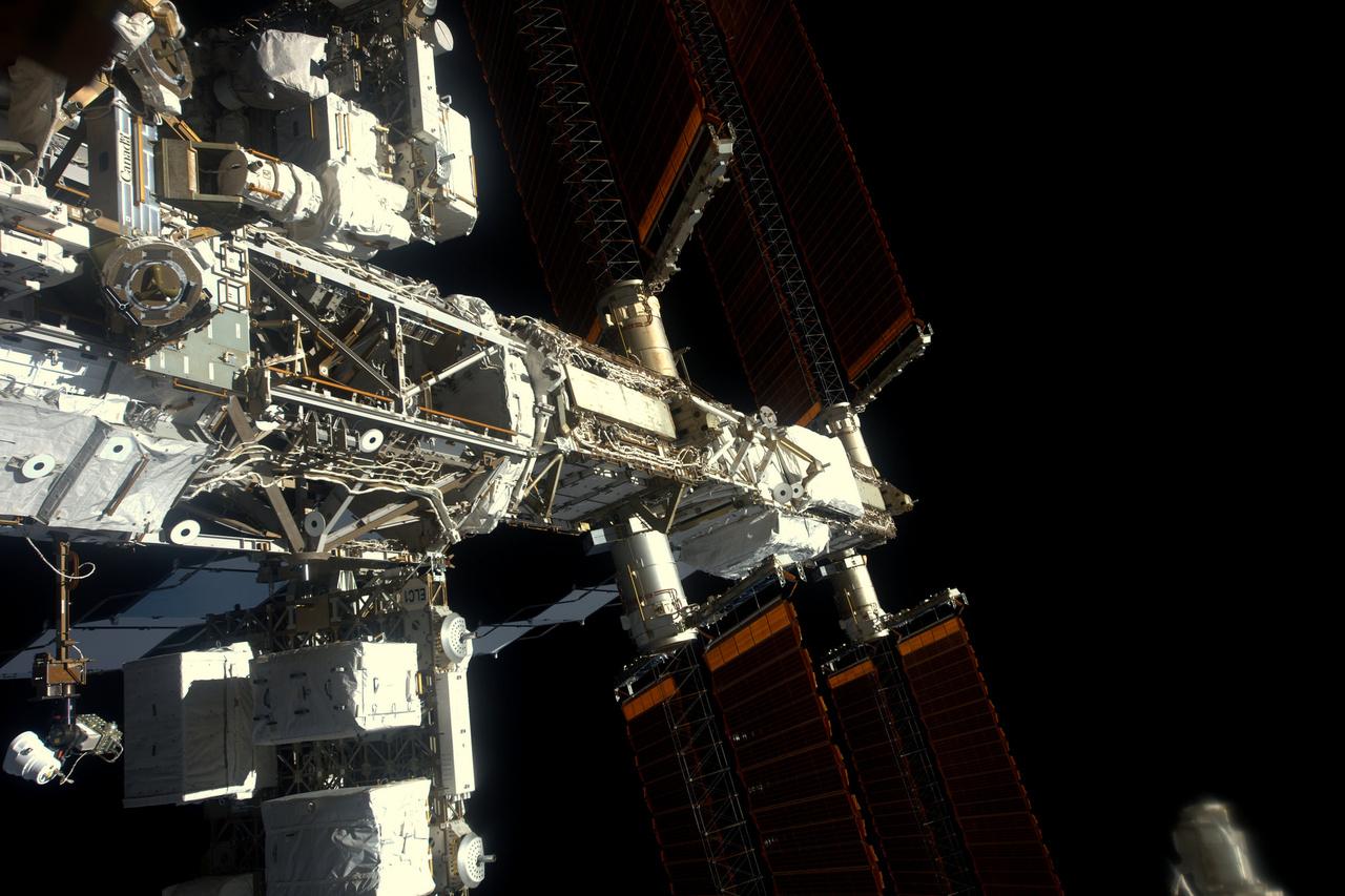 Kilátás az űrállomás oldalára. Balra alul, a fehér dobozokban vannak azok az akkumulátorok, amik a január 13-i űrsétán végrehajtandó cserére várnak.