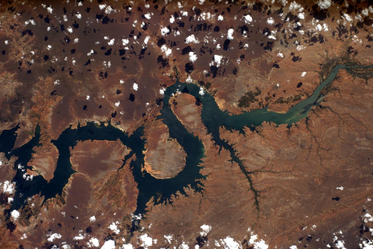A vízerőművekkel felduzzasztott São Francisco folyó Brazíliában, mint egy sárkány tekergőzik államokon át.